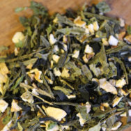 japán zöld wakame tea közelről